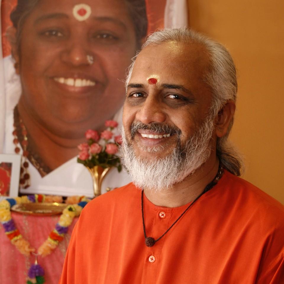 Swami significa homem santo, em sânscrito. Ele vem ao Rio e a São Paulo, a partir deste fim de semana