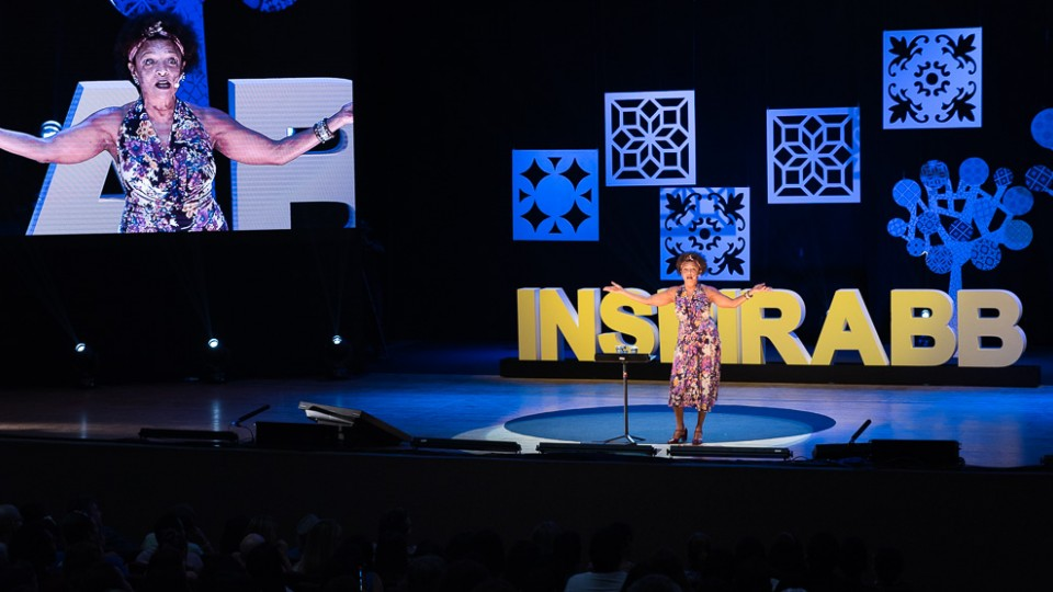 A atriz Elisa Lucinda no palco do Inspira BB