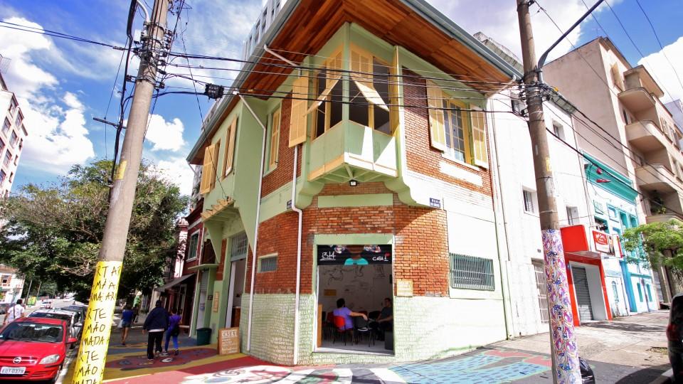 Casa 1 é um espaço de acolhida para pessoas da comunidade LGBT e oferece programação cultural