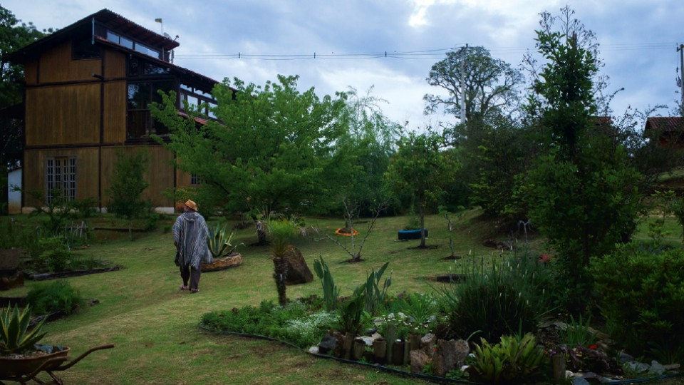 Rudá em sua chácara, em Campo Magro, onde realiza as cerimônias xamãnicas