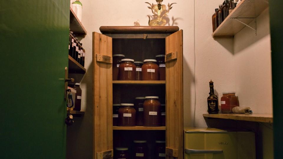 """A """"biblioteca"""" do xamã, onde guarda os chás de ayahuasca e poções fitoterápicas que prepara"""