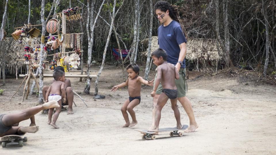 Skatista Otavio Neto caiu na brincadeira com as crianças da tribo Tukuya