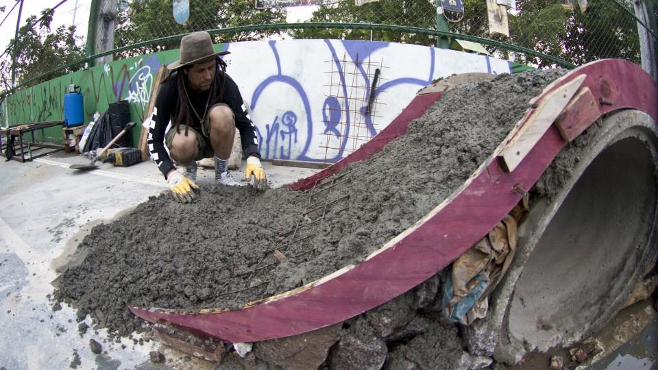 Construção da pista de skate em Manaus foi feita de modo colaborativo, com materiais de construção que seriam descartados