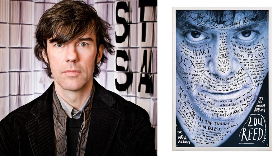 O designer Stefan Sagmeister com um cartaz que fez para Lou Reed