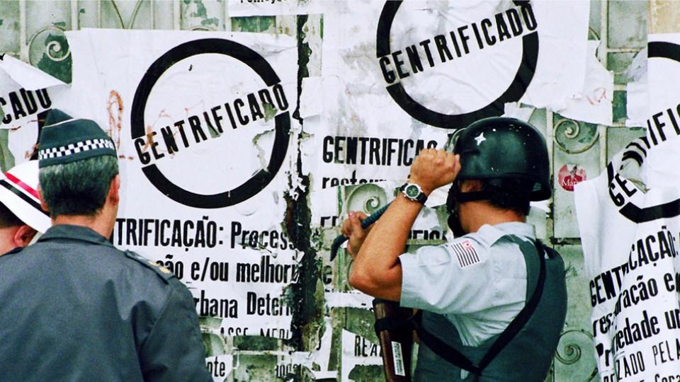 A polícia em frente aos cartazes sobre gentrificação feitos na ocupação Prestes Maia