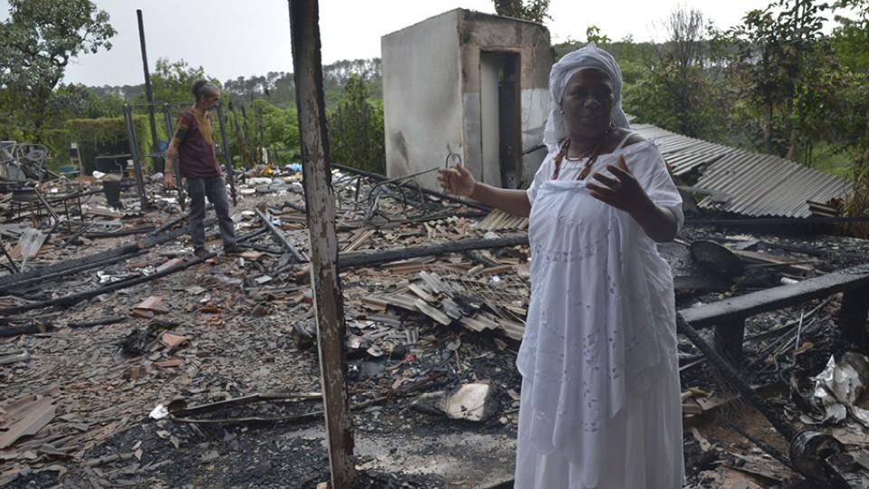 Incêndio no terreiro de Ylê Axé Oyá Bagan, dirigido por Mãe Baiana em Brasília, foi uma vítima recente dessa violência. Ninguém ficou ferido, mas o local foi completamente destruído