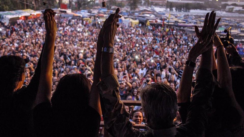 Vista do palco para a multidão no dia do show que não ocorreu