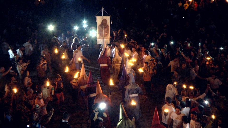 Fiéis com vestes medievais durante a semana santa em Goiás Velho
