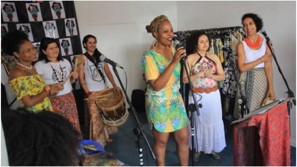 No microfone, Ketty Valêncio durante a inauguração da Africanidades, em Perdizes