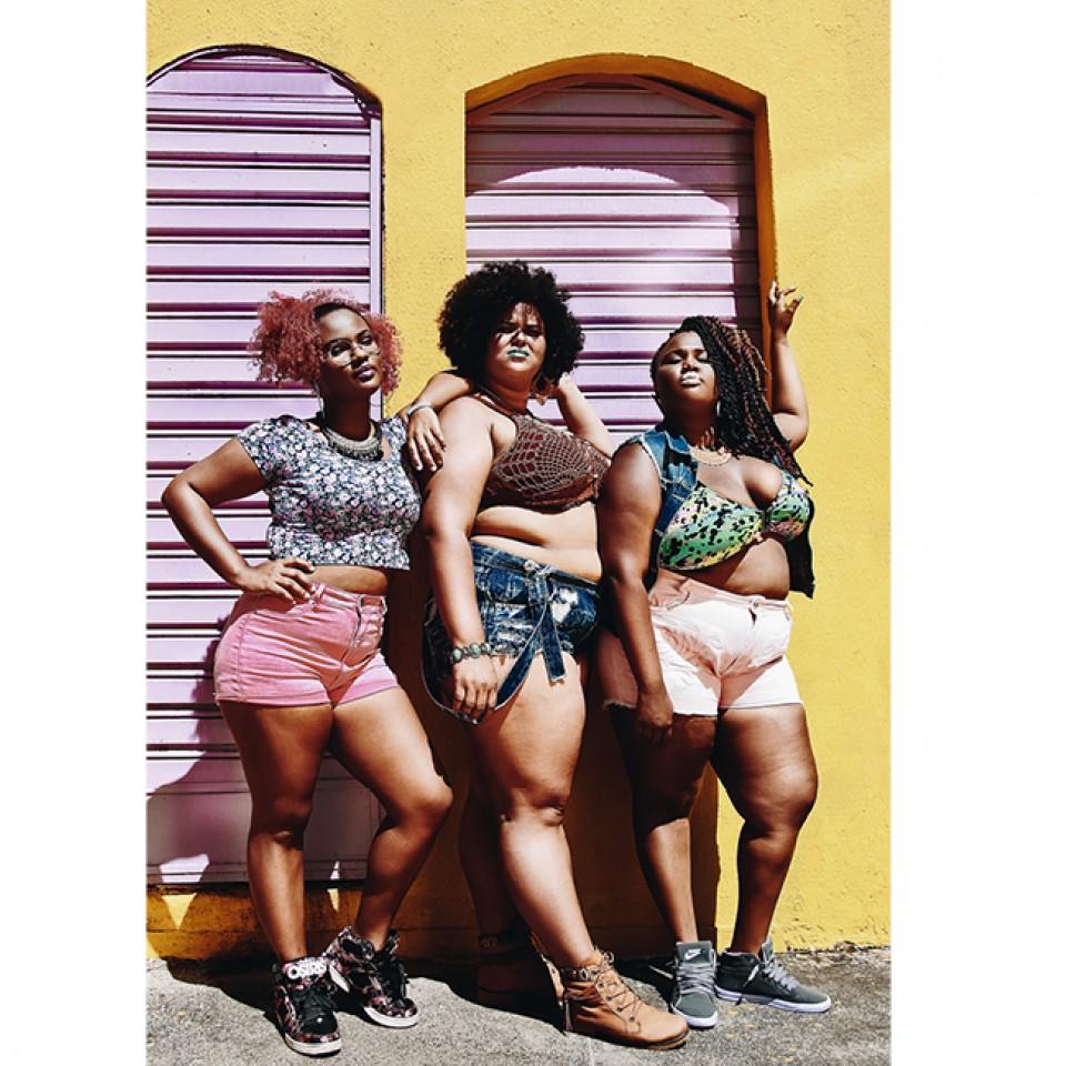 """""""Quando vou fotografar as meninas, busco um ângulo e cores para mostrar que essa mulher tem poder e que ela ligou o foda-se pra você que não consegue enxergar que ela é negra ou aceitar o corpo dela"""""""