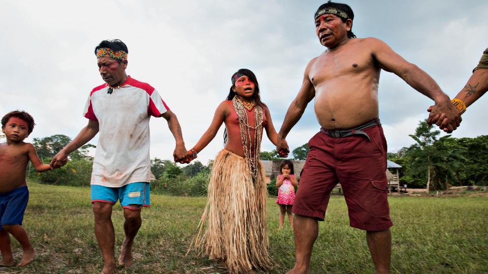 O pajé Isã e o cacique Ibã participam de cerimônia com jovens da aldeia Chico Curumim em celebração dos legumes