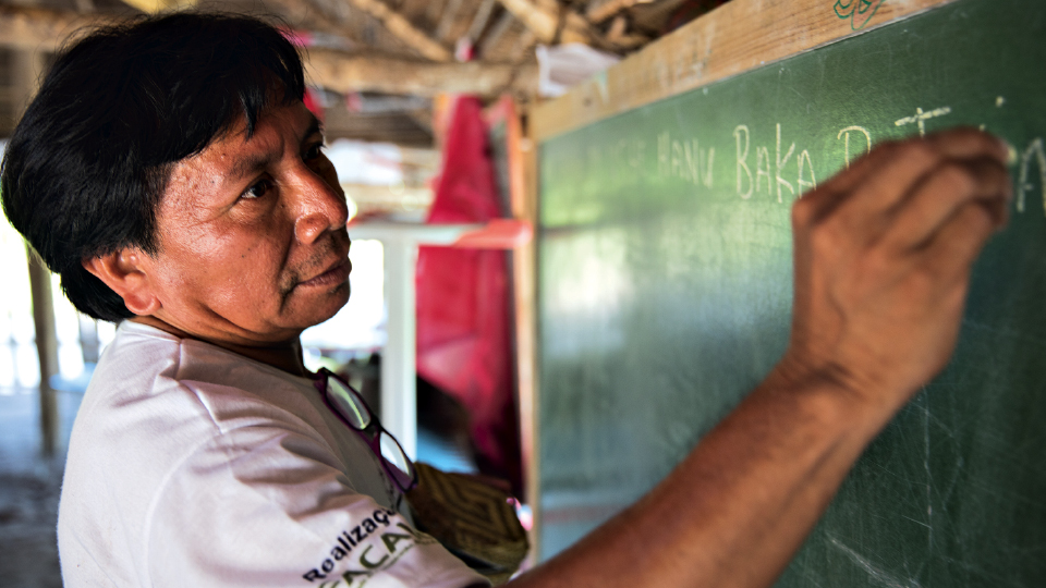 Ibã ensina para a equipe da Trip algumas palavras em hantxa kuin, a primeira língua de seu povo