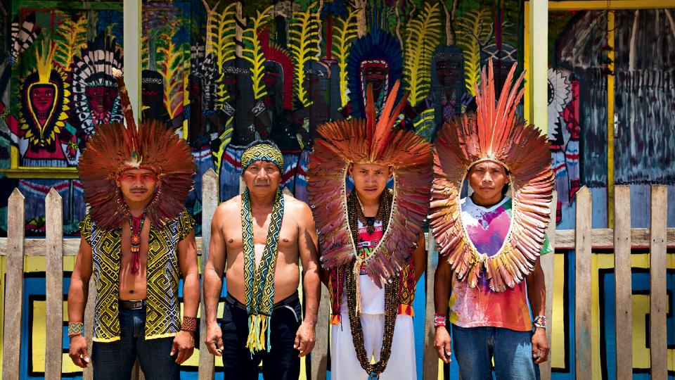 Da esq. para a dir., Bane, Ibã, Txana Tuin e Acelino, na frente da sede do centro cultural Kayatibu, gerido por Tuin, onde se reúnem atualmente os 12 integrantes do Mahku