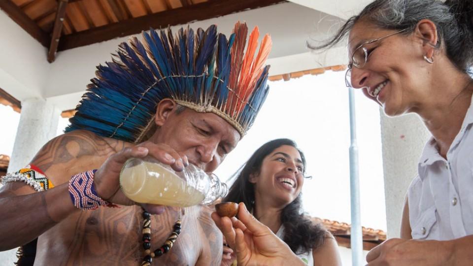 Bela Gil e Neide Rigo experimentam o fermentado de abacaxi