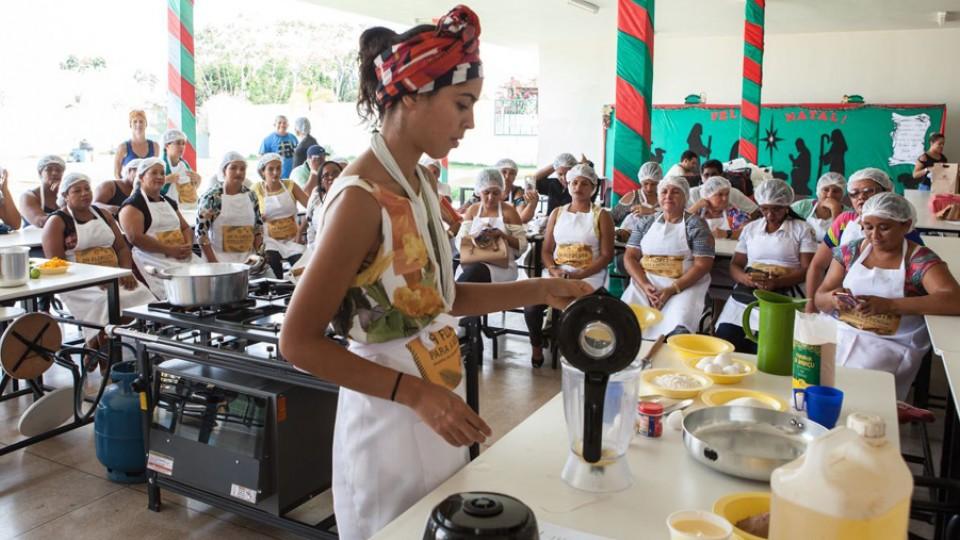 Bela dá oficina para as merendeiras de uma escola em Vitória do Xingu