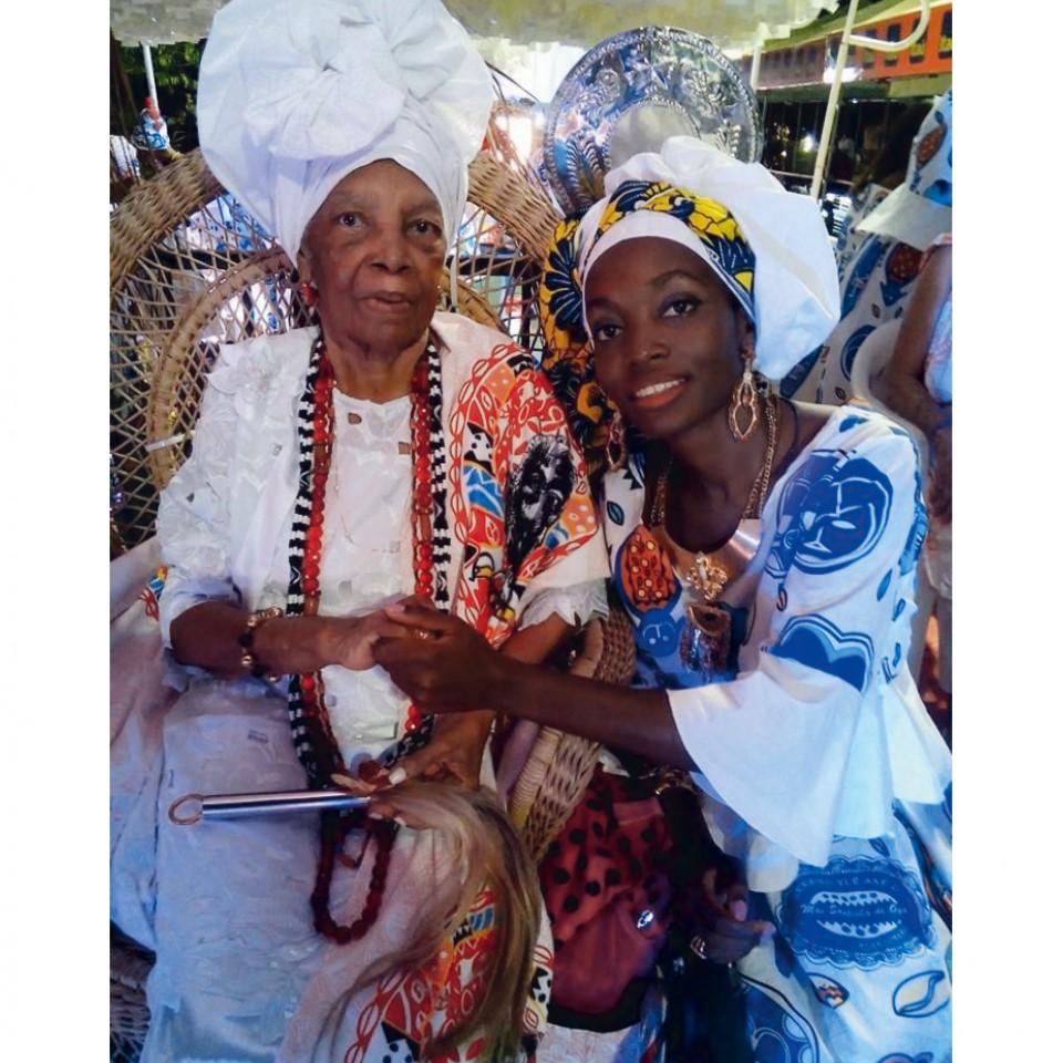 Nivia com sua vó, a Mãe Santinha de Oyá, homenageada em seu último desfile do Cortejo Afro, em fevereiro de 2015