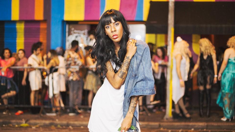 Transexual Buba Kore na entrada da Festa Fejão, criada por ela