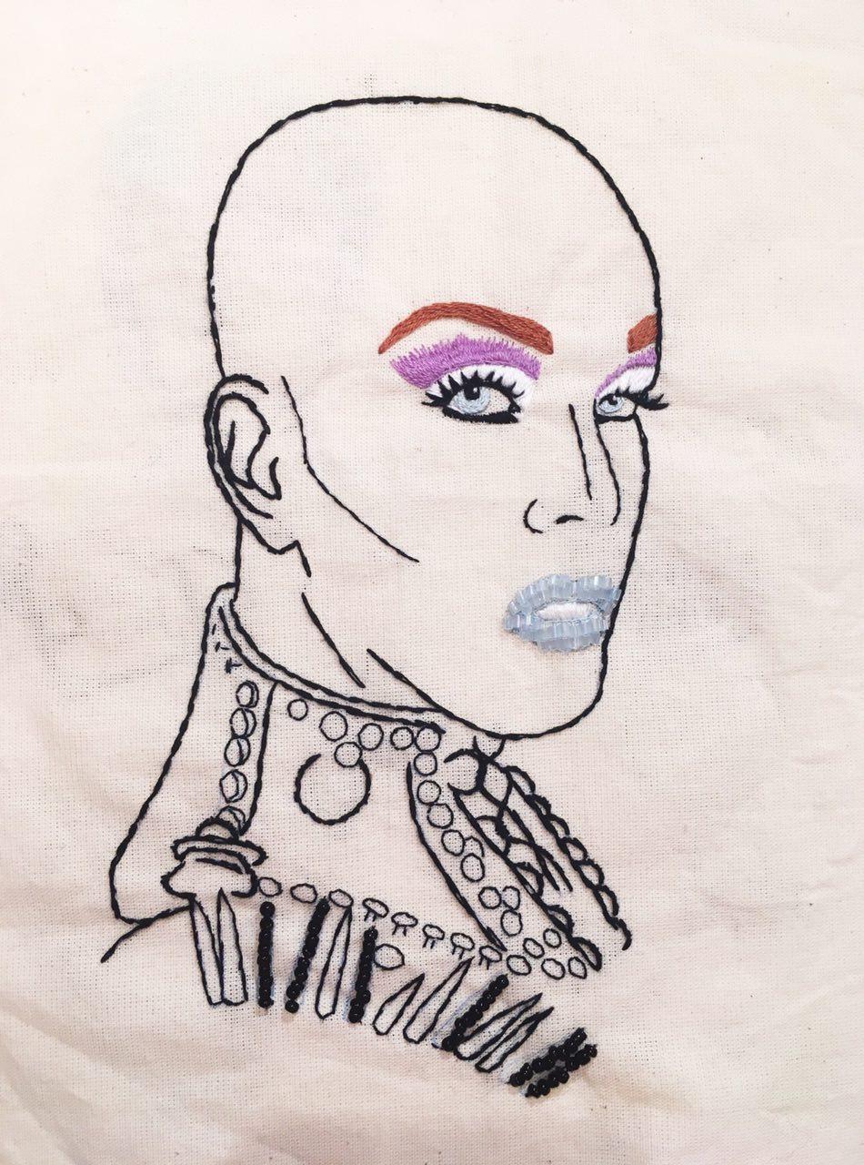 Retrato em bordado de Ikaro Kadoshi, drag queen brasileira
