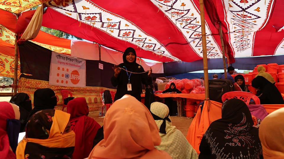 Tasura mostra o apito, um dos objetos do Kit Dignidade, para as refugiadas rohingya