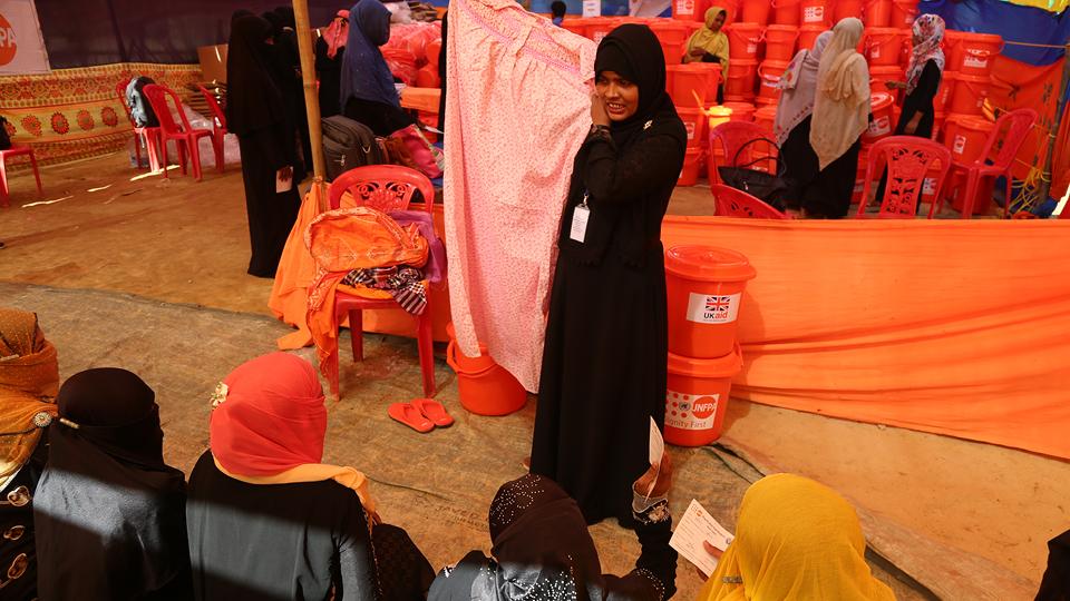 Na tenda em que os kits são distribuídos, tirando alguns poucos voluntários, homem não entra