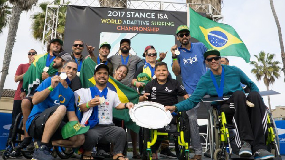 Equipe que representou o Brasil no Campeonato Mundial de Surf Adaptado, em 2017, foi composta por atletas de diversos estados: Jonathan Borba (SC), Roberto Pino (PE), Alcino Pirata (SP), Henrique Saraiva (RJ), Felipe Kizu (MG), Carlos José Kuhl (ES), Davi Teixeira (RJ), Figue Diel (SC), Fernanda Tolomei (RJ) e Monique Oliveira (SP)