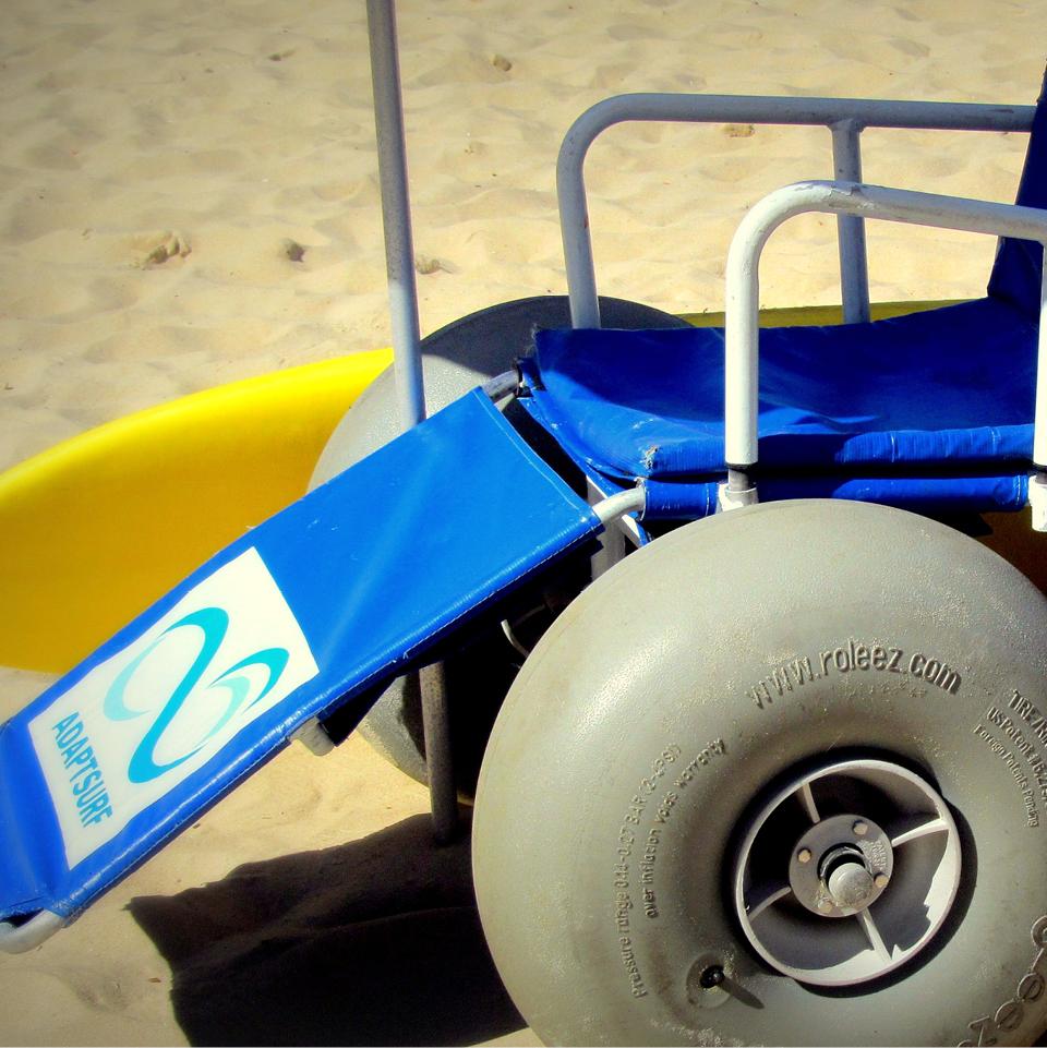 Cadeira anfíbia é utilizada para levar pessoas com deficiência até o mar, durante as aulas oferecidas pela ONG Adapt Surf. Ela é não atola na areia e não enferruja