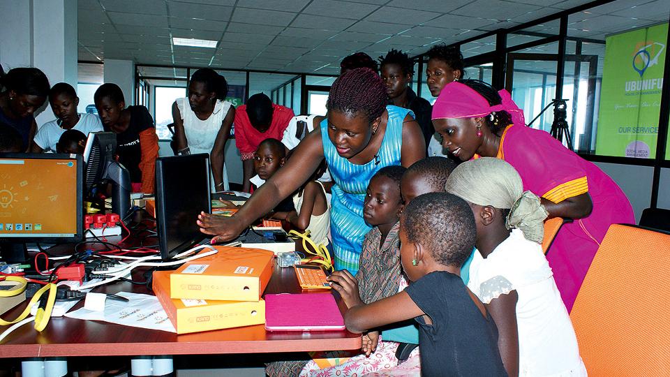 Mariéme orienta participantes de evento do I Am the Code realizado em abril de 2016, em Uganda, na África
