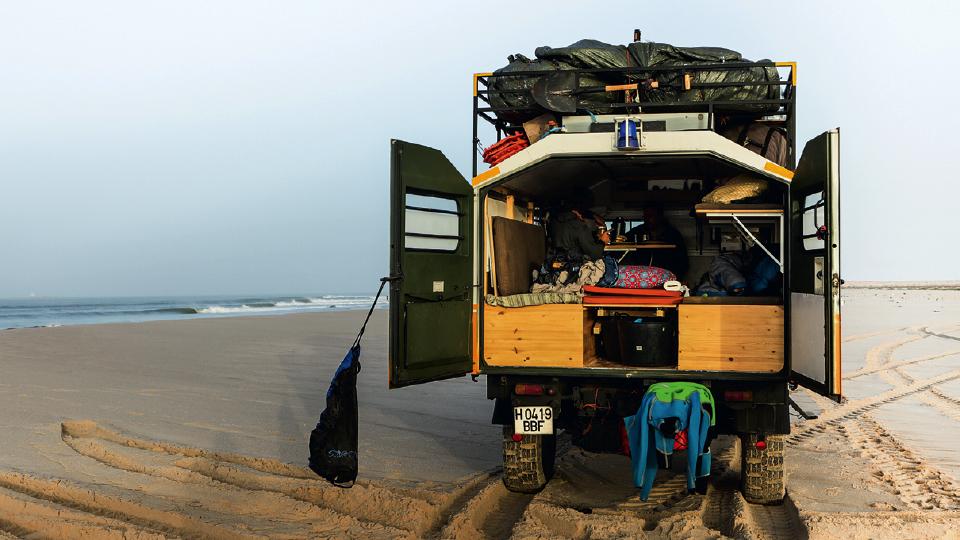 Joaquin prepara o café da manhã, antes de surfar direitas perfeitas e solitárias no Marrocos