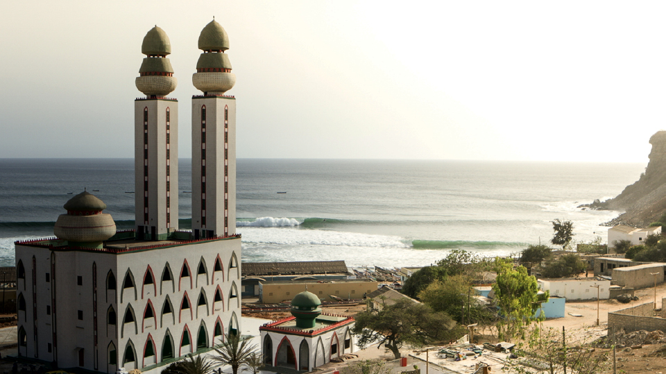 Longas esquerdas em frente a uma mesquita no Senegal, onde os irmãos acamparam com pescadores