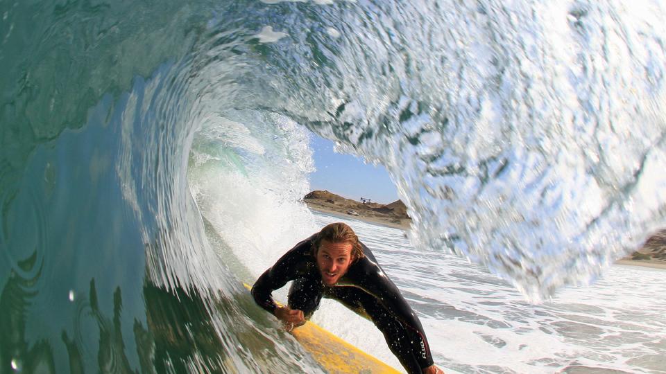 Joaquin surfa no deserto peruano