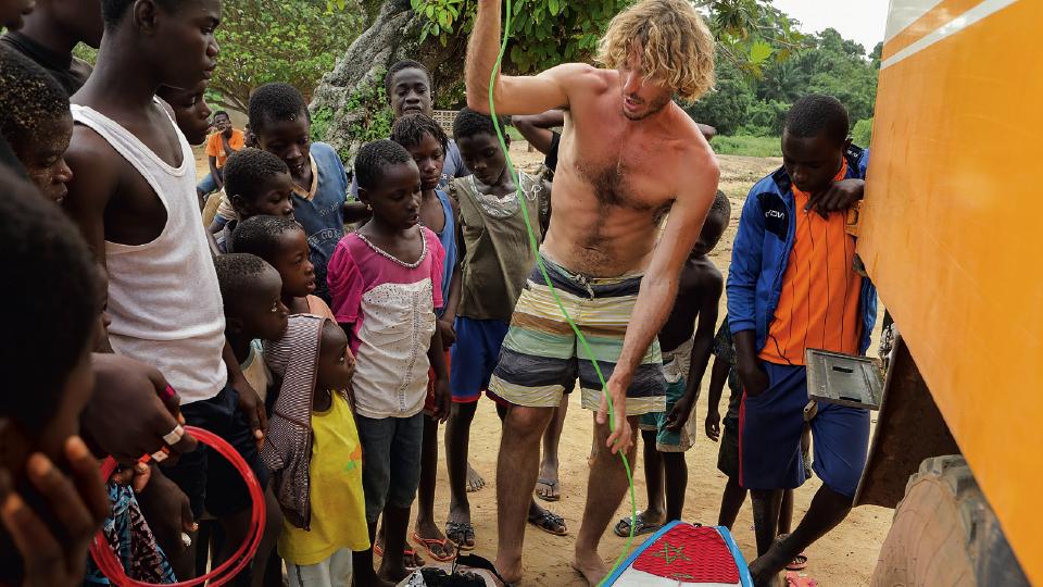 Joaquin com crianças na Costa do Marfim