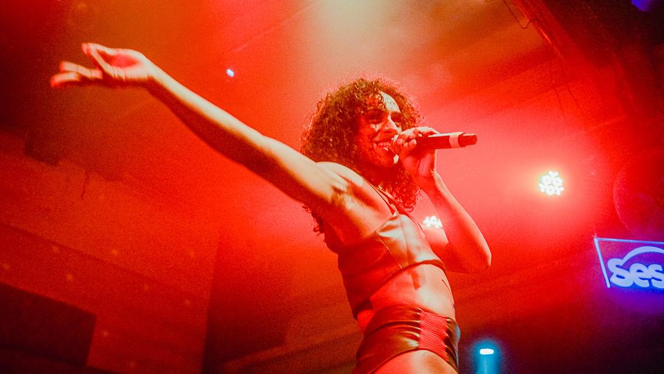 """""""Eu e minhas amigas fomos acostumadas a esconder nossos desejos, a ver proibição no que nos é natural, a amar pelos cantos"""", relata a cantora que usa a música para expor assuntos que ainda são tabu"""