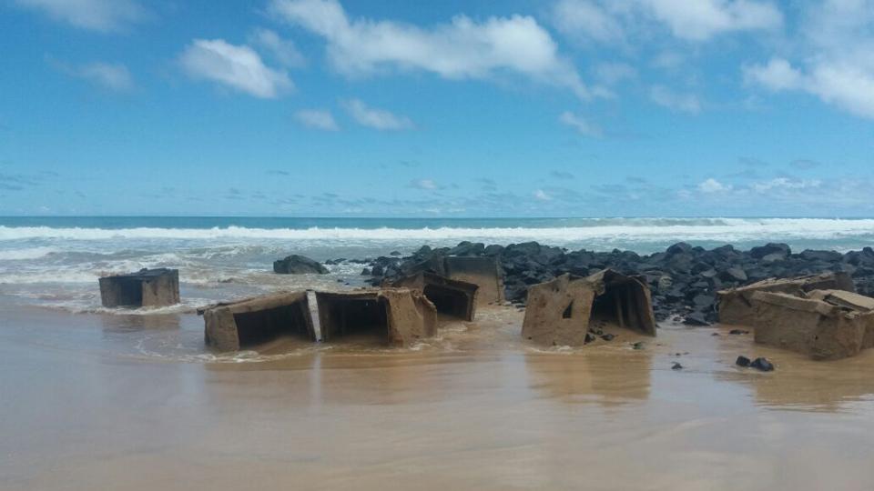 Na praia do Bode, as fortes ondas revelaram ruínas da Segunda Guerra Mundial