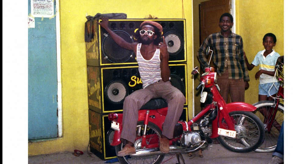 O cantor Nitty Gritty em frente a um sound system, no Jammy Studio, em Kingston