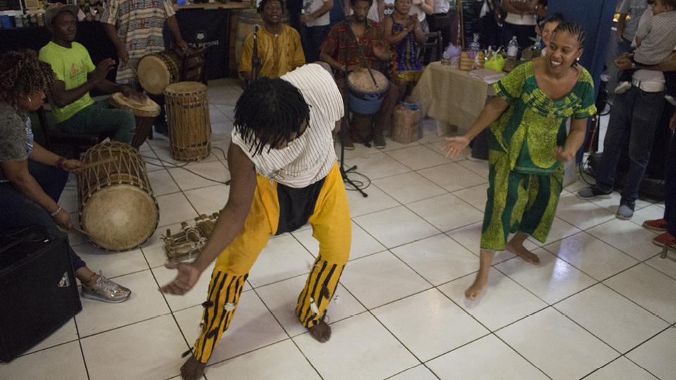 Abou e Namibia durante apresentação do Fareta Sidibé