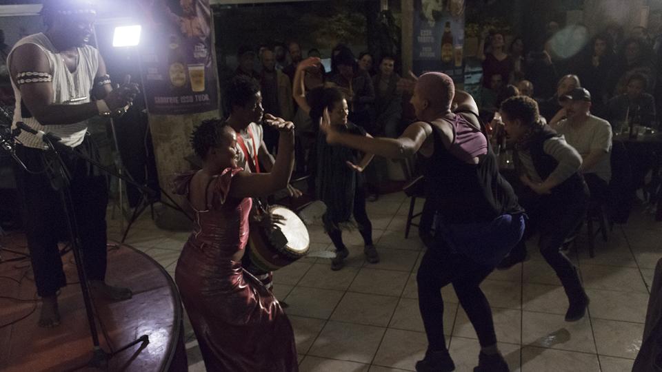 """Os dançarinos se movimentam ao som do """"djembe"""", que é como o tambor tradicional da Guiné é chamado"""