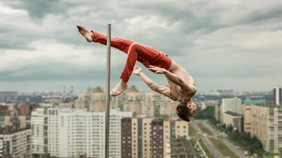 """""""O pole dance é uma forma de expressar meus sentimentos e desafiar meu corpo"""", diz o pole dancer russo Dimitry Politov"""