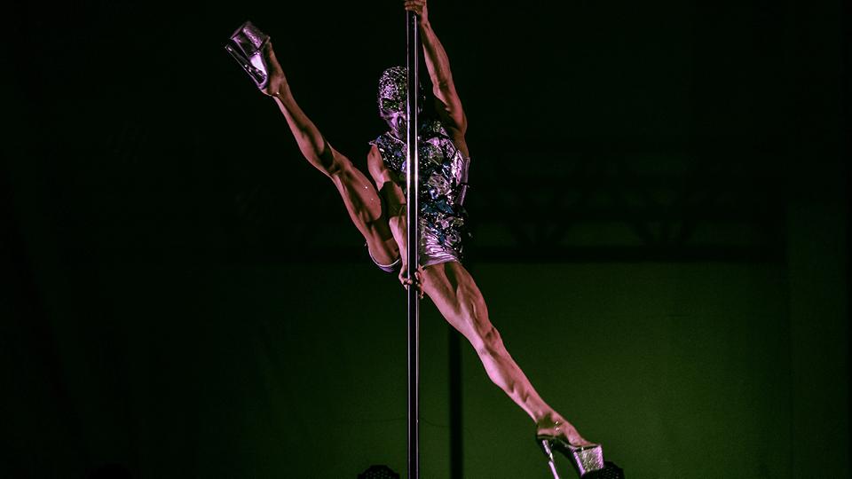"""""""Hoje você vê homens em todos os estilos de pole dance, do mais esportivo e calistênico, ao mais sensual com um salto de 20 centímetros"""", diz Guilherme Ambrósio"""