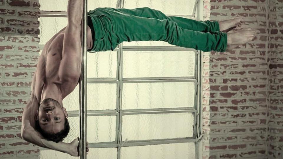 Julio Peixoto é um dos pioneiros no pole dance no Brasil e campeão do primeiro campeonato masculino nacional