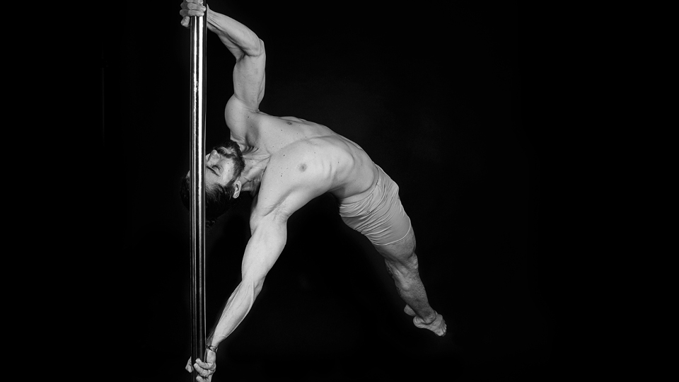 """""""Não sei até que ponto faz sentido dividir o pole dance em gênero"""", diz o professor de pole dance e calistenia Rafael Melo"""
