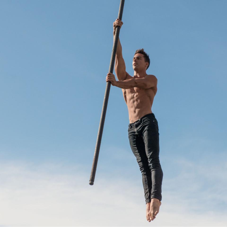 O espanhol Saulo Sarmiento tem como seu principal instrumento de performance o pole pêndulo, também conhecido como flying pole