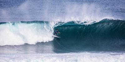 Circuito mundial de surf rema em águas turbulentas