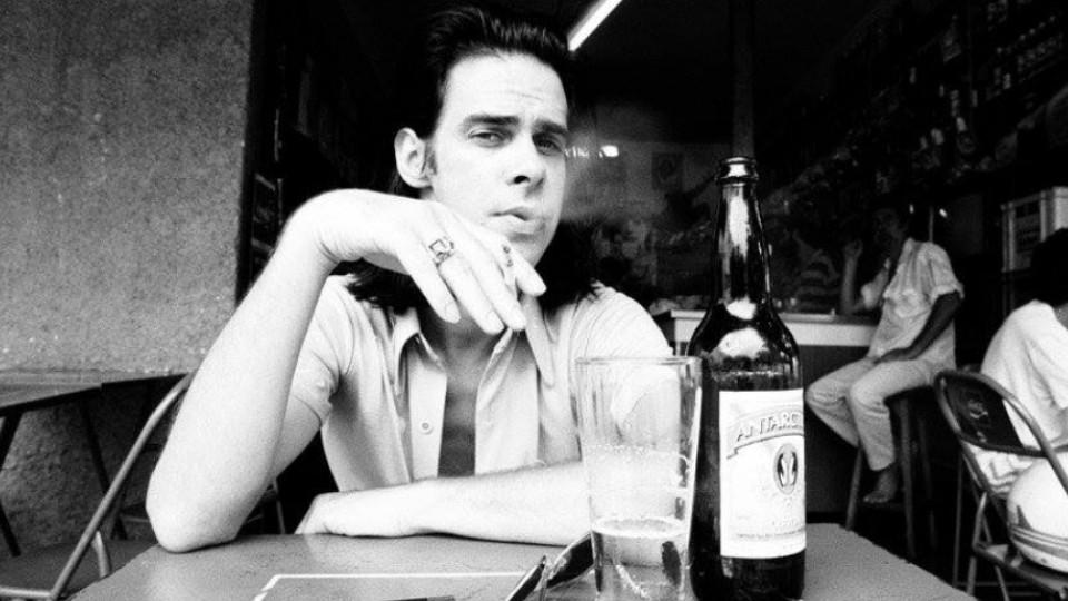 Nick Cave tomando uma cerveja no melhor bar do mundo, segundo ele próprio
