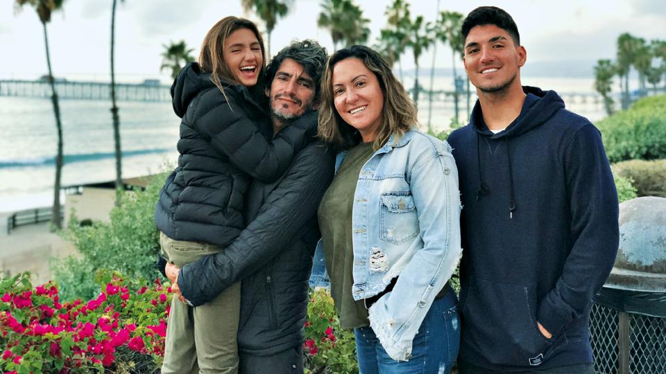 Sophia no colo do pai, Charles, a mãe, Simone e o irmão, Gabriel