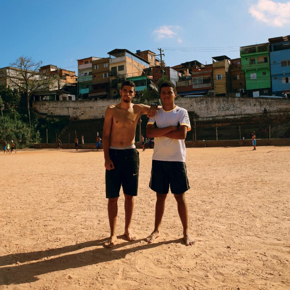 Victor Santos com Lucas Lima na comunidade de São Remo (São Paulo) onde cresceram