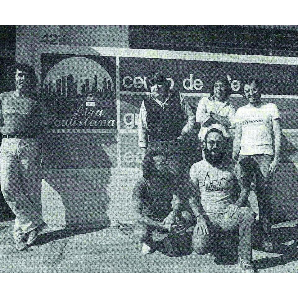 Fernando Alexandre, à esq., posa junto com os demais integrantes do teatro Lira Paulistana