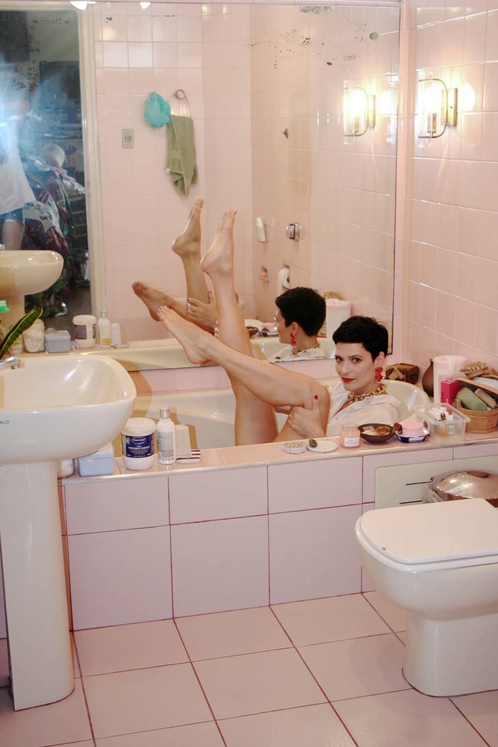 A maquiadora Vanessa Ronzan, na banheira, de Pakera
