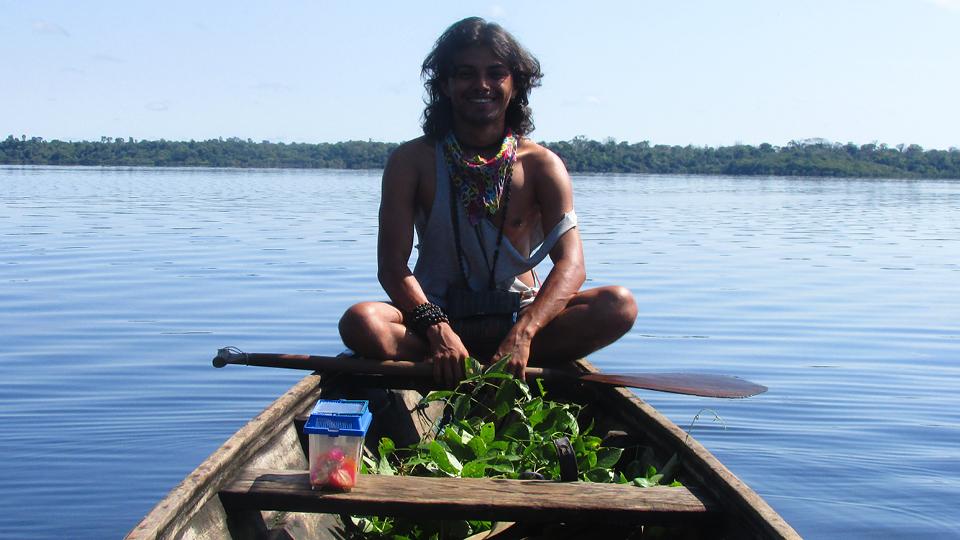 Emerson Munduruku trabalha como arte-educador junto a comunidades ribeirinhas da Amazônia, pela Fundação Amazônia Sustentável