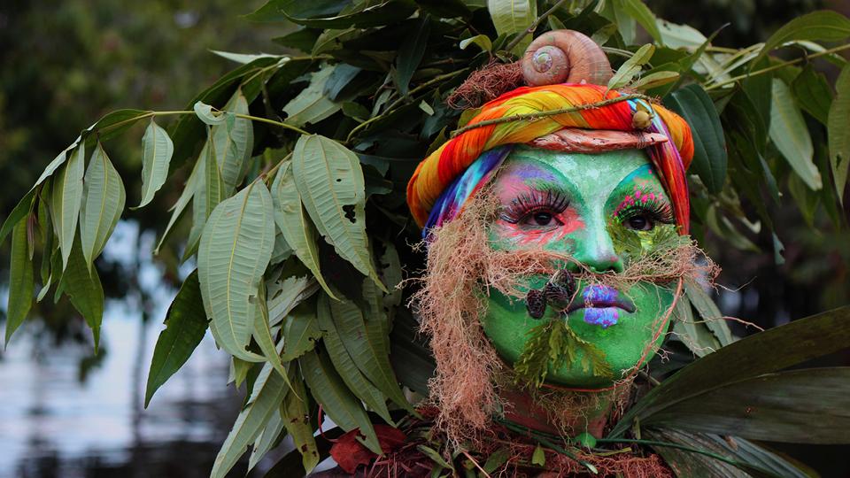 """""""Da estética aos conceitos, Uýra é pura biologia. Ela é mata viva, nobre e furiosa"""", reflete Emerson Munduruku, o criador da performance, que vive em Manaus. Os registros das apresentações podem ser vistos em seu perfil no Instagram (@uyrasodoma)"""