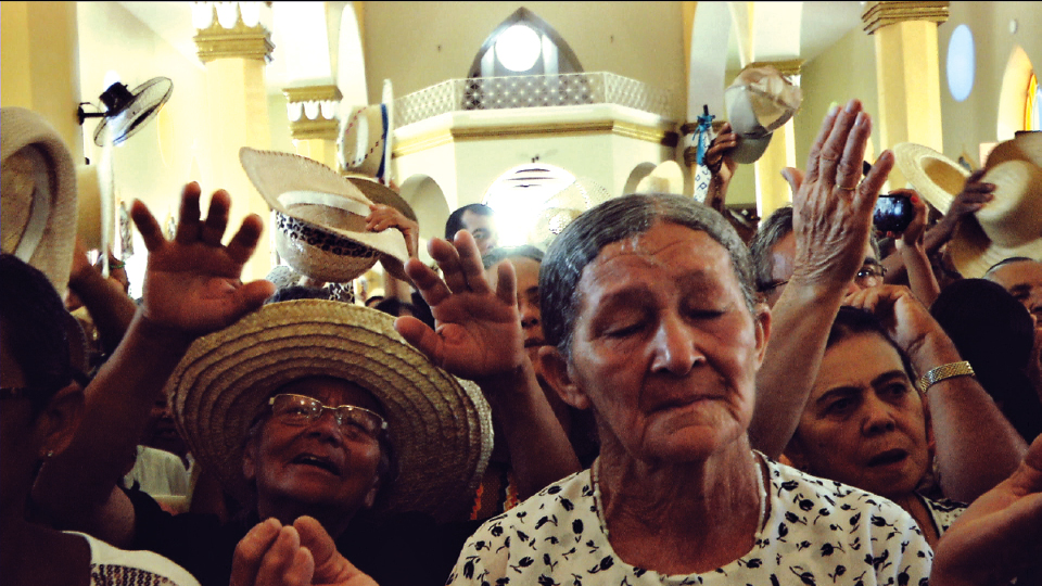 Fiéis durante a Missa dos Chapéus, no Ceará, cena do filme Híbridos, os Espíritos do Brasil